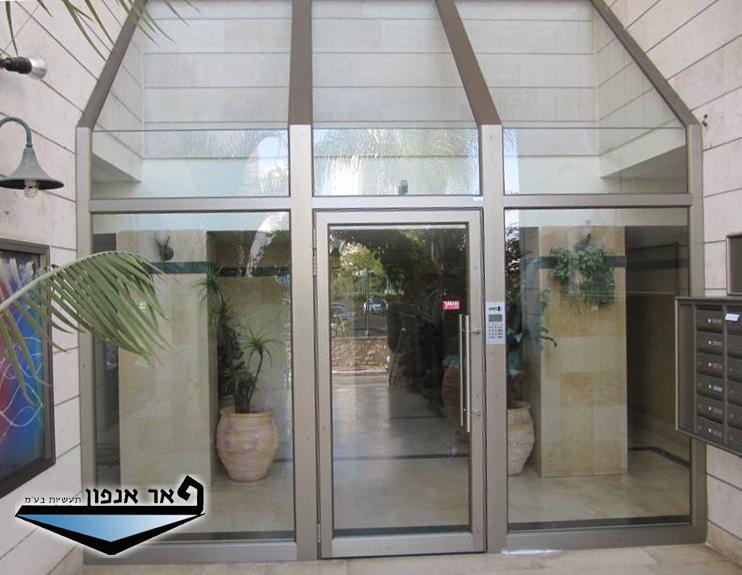דלתות כניסה לבניין